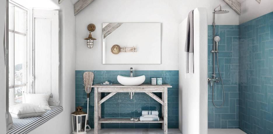 Baño con azulejos de color de Roca